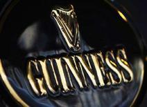 <p>Логотип пивного брэнда Guinness перед пабом в Лондоне 12 февраля 2008 года. Англичанин Майк Хаммонд пытается найти человека, который два раза в неделю посещал бы с его 88-летним отцом Джеком, проживающим в доме престарелых, местный паб. (REUTERS/Stephen Hird)</p>