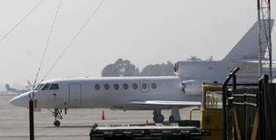 <p>Самолет с группой французских медиков на борту в аэропорту Боготы 3 апреля 2008 года. Группа французских медиков прибыла в Боготу с целью оказания необходимой помощи экс-кандидату в президенты Колумбии француженке Ингрид Бетанкур, которую повстанцы удерживают в заложниках в течение шести лет, сообщил представитель вооруженных сил страны. (REUTERS/John Vizcaino)</p>