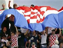 """<p>Хорватские болельщики с флагом своей страны на трибуне стадиона в Мельбурне 21 января 2008 года. Футболист хорватского клуба """"Задар"""" Хрвое Кустич скончался от черепно-мозговой травмы, которую получил в матче чемпионата страны 29 марта, ударившись о бетонную стену. (REUTERS/Darren Whiteside)</p>"""