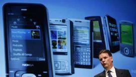<p>Il presidente e ad di Nokia Olli-Pekka Kallasvuo con alle spalle un pannello che mostra modelli di cellulari prodotti dalla sua società. REUTERS/Albert Gea</p>