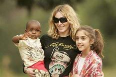 <p>Madonna con i due figli: David, adottato dal Malawi, e Lourdes, figlia naturale. REUTERS/Siphiwe Sibeko (MALAWI)</p>