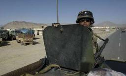 <p>Французский военнослужащий в Кабуле 1 апреля 2008 года. Россия и НАТО подпишут в пятницу соглашение о наземном транзите грузов для войск альянса, размещенных в Афганистане, сообщила представительница альянса. Речь в соглашении идет о грузах, не имеющих военный характер. (REUTERS/Ahmad Masood)</p>