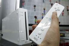<p>La console Wii de Nintendo s'est vendue trois fois plus que la PlayStation 3 de Sony en mars au Japon. /Photo d'archives/REUTERS/Yuriko Nakao</p>