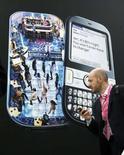 <p>La publicité sur les téléphones portables dispose d'un potentiel important pour toucher le consommateur quel que soit le moment de la journée et l'endroit où il se trouve mais elle doit être créative, pertinente et non intrusive, estiment des spécialistes du secteur. /Photo d'archives/REUTERS/Albert Gea</p>