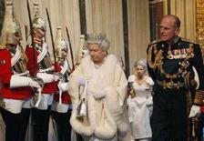 <p>Королева Британии Елизавета и ее муж принц Филипп в парламенте, Лондон, 6 ноября 2007 года. Муж королевы Британии Елизаветы принц Филипп госпитализирован с инфекцией грудной клетки, сообщил представитель Букингемского дворца. (REUTERS/Toby Melville)</p>