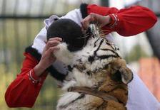 <p>Дрессировщик кладет голову в пасть тигру во время представления в зоопраке города Сямэнь 16 февраля 2008 года. Тигр съел душевнобольного посетителя зоопарка на северо-востоке Китая, сообщили местные СМИ в пятницу. (REUTERS/China Daily)</p>