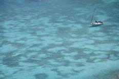 """<p>Яхта в море у архипелага Гваделупа 25 февраля 2008 года. Пираты взяли на абордаж французскую яхту класса """"люкс"""" у берегов Сомали и удерживают в плену 30 членов экипажа, большинство из которых - французы, сообщила в пятницу компания, которой принадлежит захваченное судно. (REUTERS/Charles Platiau)</p>"""