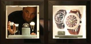 <p>Un stand à Baselworld, le plus important salon annuel de l'horlogerie et de la bijouterie. L'horlogerie haut de gamme est bien placée pour échapper à un possible ralentissement de la consommation car elle cible les clients aisés, de plus en plus soucieux de faire étalage de montres extravagantes. /Photo prise le 2 avril 2008/REUTERS/Christian Hartmann</p>