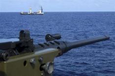 <p>Una immagine di archivio di una nave scortata in mare contro l'assalto dei pirati. REUTERS/Guled Mohamed</p>