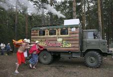 <p>Un'immagine della sauna mobile di Igor Chupin. REUTERS/Andrei Kasprishin (RUSSIA)</p>