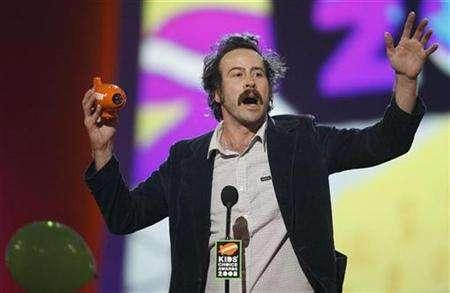 Actor Jason Lee accepts the award for ''Alvin and the Chipmunks'' which won Favorite Movie at the Kids' Choice Awards in Los Angeles March 29, 2008. REUTERS/Mario Anzuoni