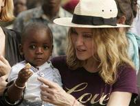 <p>La pop star statunitense Madonna con il figlio adottivo David Banda nel villaggio di Mphendula, Malawi, il 19 aprile 2007. REUTERS/Siphiwe Sibeko</p>
