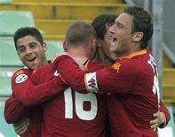 <p>Daniele De Rossi e Francesco Totti festeggiano la vittoria contro l'Udinese. REUTERS/Daniel Raunig</p>
