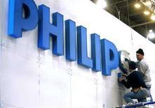 <p>Alcuni operai montano l'insegna Philips prima del Consumer Electronics Show (CES) di Las Vegas. REUTERS/Las Vegas Sun/Steve Marcus (UNITED STATES)</p>