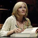 """<p>J.K. Rowling autografa una copia di """"Harry Potter e i doni della morte"""". REUTERS/Chris Pizzello (UNITED STATES)</p>"""