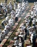 <p>Plus de mille fanatiques du barbecue ont grillé 12 tonnes de viande de boeuf, sur un grill d'environ un kilomètre et demi de long, en utilisant six tonnes de charbon de bois dimanche en Uruguay, établissant un nouveau record du monde, enregistré par le guide Guinness. /Photo prise le 13 avril 2008/REUTERS/Andres Stapff</p>