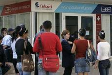 <p>Cubani in fila fuori da un negozio di cellulari Cubacel all'Avana. REUTERS/Enrique De La Osa (CUBA)</p>