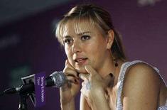 <p>Россиянка Мария Шарапова общается с журналистами в рамках турнира Sony Ericsson Open 26 мая 2008 года. Мария Шарапова в воскресенье выиграла турнир Amelia Island Championships.(REUTERS/Hans Deryk)</p>
