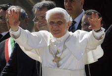 <p>Papa Benedetto XVI alla partenza dall'aeroporto di Fiumicino. Sullo sfondo, il premier uscente Romano Prodi. REUTERS/Dario Pignatelli (ITALY)</p>