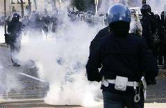 <p>Foto d'archivio di scontri tra ultras e forze dell'ordine a Bergamo. REUTERS/Alessandro Garofalo (ITALY)</p>