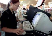 <p>Studentessa cinese naviga sul web in un Internet point di Shanghai. REUTERS/Claro Cortes</p>
