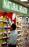 <p>Espositori di prodotti farmaceutici naturali, compresse di vitamine e sali minerali in un negozio di Sydney. REUTERS/David Gray</p>
