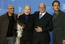 <p>Il produttore Deepak Nayar (a sinistra) accanto all'attrice Lauren Bacall durante un photocall alla Berlinale . REUTERS/Arnd Wiegmann</p>