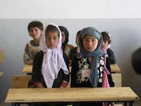 <p>Bambine afghane nel loro primo giorno di scuola nel villaggio Deh Hassan, Afghanistan settentrionale, dove grazie a finanziamenti tedeschi è stato costruito un nuovo edificio scolastico. 18 marzo 2008. REUTERS/David Brunnstrom</p>