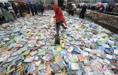 <p>In una foto d'archivio un cumulo di DVD pirata. REUTERS PICTURE</p>