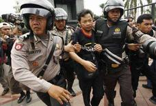 <p>La polizia arresta un manifestante pro-Tibet a Giacarta. REUTERS/Beawiharta</p>