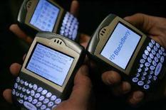 <p>Un'immagine d'archivio di apparecchi della Blackberry che molti utenti usano per consultare i siti di networking. REUTERS/Mario Anzuoni</p>