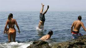 <p>Alcuni ragazzi al mare a Civitavecchia. REUTERS/Max Rossi (ITALY)</p>