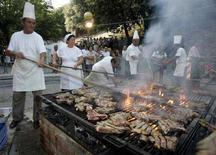 """<p>La cottura di bistecche """"fiorentine"""" di razza chianina a Cortona, nell'agosto 2007. REUTERS/Marco Bucco (ITALY)</p>"""