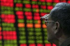 <p>Un uomo guarda i risultati della borsa su uno schermo eltronico. REUTERS/Aly Song (CHINA)</p>