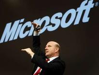 """<p>Le directeur général de Microsoft Steve Ballmer a redit que son groupe maintenait son offre sur Yahoo et qu'il """"irait de l'avant"""" si le conseil d'administration du moteur de recherche décidait de la rejeter. /Photo prise le 9 mars 2008/REUTERS/Christian Charisius</p>"""
