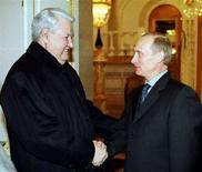 <p>Президент Владимир Путин и бывший президент Борис Ельцин пожимают друг другу руки в Кремле, 31 декабря 200 года. Покидающий пост после двух сроков подряд президент России Владимир Путин поблагодарил своего умершего год назад предшественника Бориса Ельцина за помощь в создании независимого и свободного государства на руинах СССР. REUTERS/Itar Tass</p>