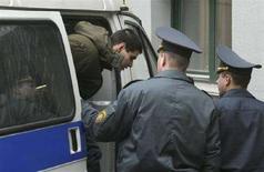 <p>Активист белорусской оппозиции Андрей Ким выходит из милицеского автомобиля перед зданием суда в Минске, 16 апреля 2008 года. Европейский союз в среду осудил арест и приговор одному из белорусских оппозиционеров Андрею Киму, призвав Минск немедленно освободить его из-под стражи. (REUTERS/Yulia Darashkevich)</p>