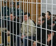<p>Обвиняемые в организации в мае 2005 года мятежа в Андижане сидят на скамье подсудимых в суде в Ташкенте, 14 ноября 2005 года. Алма-атинская полиция взяла под арест гражданина, разыскиваемого Узбекистаном по обвинению в организации мятежа в Андижане и попросившего убежища в соседнем Казахстане, сообщили в среду правоохранительные органы и Управление верховного комиссара ООН по делам беженцев. (REUTERS/Shamil Baigin)</p>