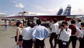 <p>Российский истребитель Су-27 на азиатском авиасалоне в Сингапуре, 26 февраля 1998 года. Производство Китаем нелицензионных копий российских истребителей Су-27 не окажет значительного влияния на масштабы военно-технического сотрудничества двух стран, сказал Рейтер в среду источник в военно-промышленном комплексе. (REUTERS/Renga Renga)</p>