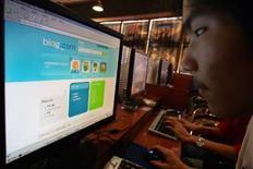 <p>Dans un cybercafé à Shanghai. La Chine est désormais le pays comptant le plus d'internautes au monde, devant les Etats-Unis, avec plus de 221 millions de personnes depuis février, annoncent les médias nationaux. /Photo d'archives/REUTERS/Aly Song</p>