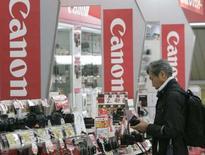 <p>Canon publie un bénéfice d'exploitation trimestriel en baisse de 18% imputable à la fermeté du yen, conduisant le premier fabricant mondial d'appareils photo numériques à abaisser ses prévisions annuelles à un niveau proche de celui du marché. /Photo prise le 24 avril 2008/REUTERS/Yuriko Nakao</p>