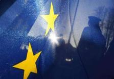 <p>Флаг Евросоюза на чешско-польской границе 21 декабря 2007 года. Попытки Европейского союза выработать мандат на ведение переговоров с Россией о заключении нового соглашения о сотрудничестве вновь не увенчались успехом, поскольку Литва так и не сняла свое вето, сообщили европейские дипломаты. (REUTERS/Fabrizio Bensch)</p>