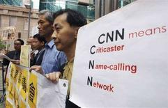 <p>Китайцы протестуют против оскорблений, прозвучавших в эфире телекомпании CNN, в Нью-Йорке 23 апреля 2008 года. Два китайца подали в Нью-йоркский суд иск против телекомпании CNN на общую сумму $1,3 миллиарда за оскорбления, нанесенные в эфире гражданам КНР. (REUTERS/Bobby Yip)</p>