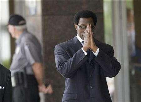 Actor Wesley Snipes (R) clasps his hands while walking into the federal courthouse for sentencing in Ocala, Florida April 24, 2008. REUTERS/Scott Audette