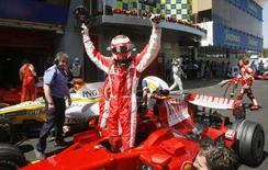 <p>Il pilota Ferrari Kimi Raikkonen esulta dopo aver ottenuto la pole position al Gp di Spagna. REUTERS/Albert Gea</p>