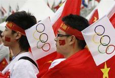 <p>Studenti cinesi partecipano alla cerimonia per l'avvio della staffetta della torcia olimpica a Seoul. REUTERS/Lee Jae-Won</p>