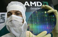 <p>Un tecnico di Amd mostra un wafer presso l'impianto per microprocessori di Dresda. REUTERS/Fabrizio Bensch (GERMANY)</p>