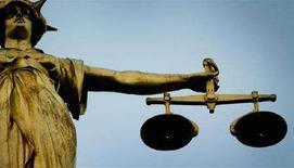 <p>Statua che rappresenta la giustizia in cima al Tribunale Old Bailey di Londra. UNICS REUTERS/Stephen Hird SH/ASA/AA</p>