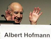 <p>Immagine d'archivio di Albert Hofmann, il chimico svizzero che scoprì l'Lsd. REUTERS/Siggi Bucher</p>