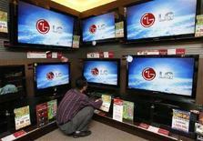 <p>Tv a schermo piatto di Lg Electronics. REUTERS/Jo Yong-Hak</p>